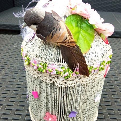 Livre plié en forme de cage à oiseau rose