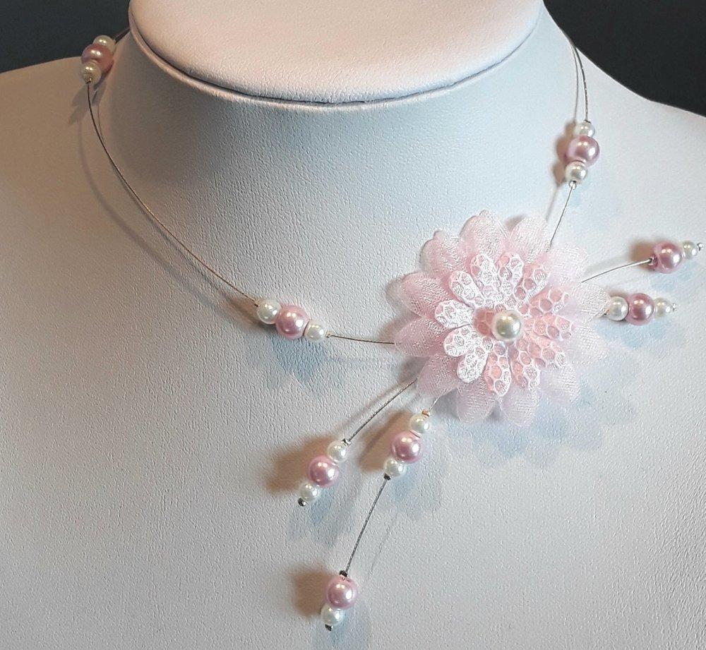 Collier enfant pour mariage avec fleur satin et organza et perles ivoires et roses