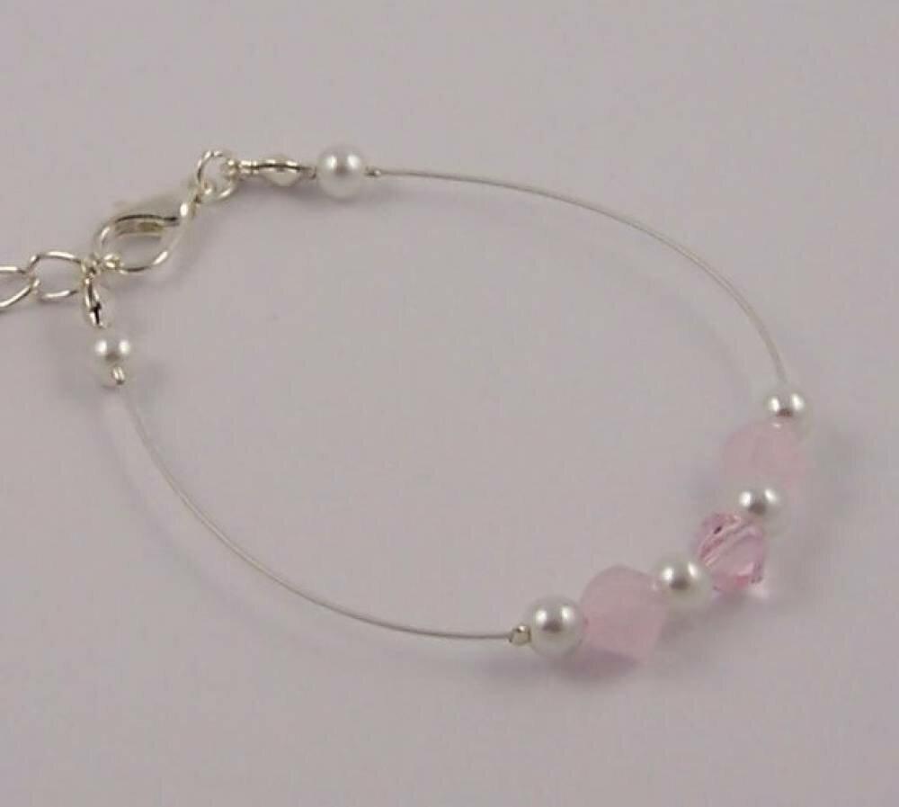 Bracelet enfant pour mariage, soirée ou baptême rose pâle et blanc