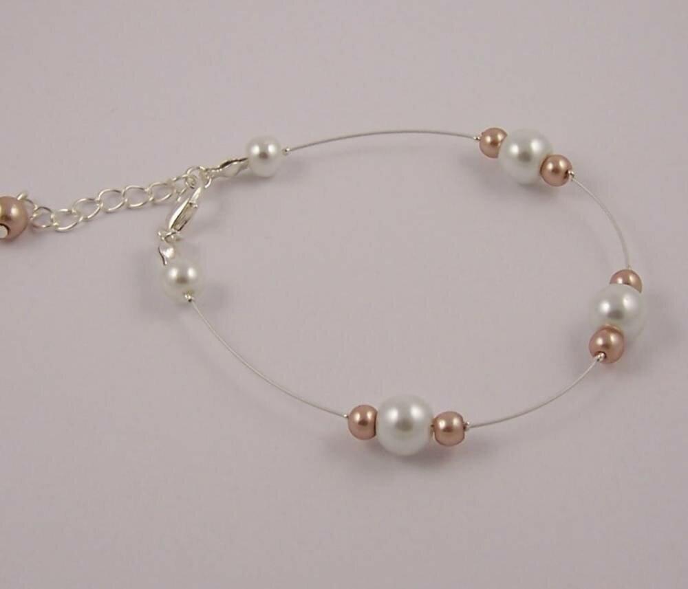 Bracelet pour mariée ou demoiselle d'honneur avec perles nacrées blanches et bronze clair