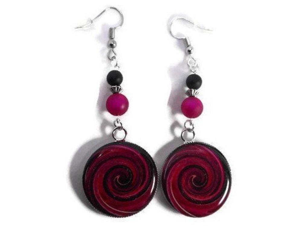 Boucles d'oreilles cabochons tourbillons, perles polaris noire et rose fuchsia, cadeau , anniversaire, fête des mères,remerciements