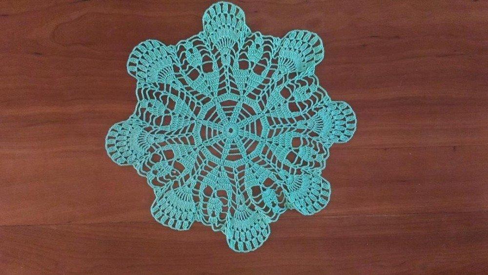 Napperon vert pâle,réalisé au crochet avec du coton fin. 30 cm