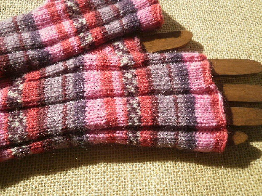 Mitaines tricotées main , dans un fil changeant dans les tons  rouge , violet , parme , bordeaux et rose