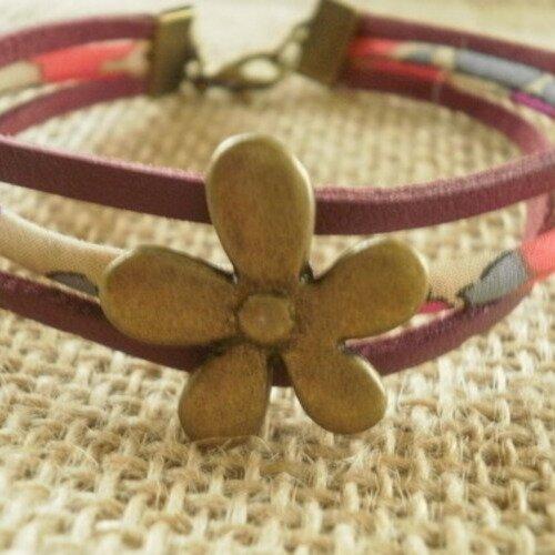 Bracelet  trois rangs en simili cuir et cordon liberty  , coloris  bordeaux et fleuri   , breloque fleur laitonnée