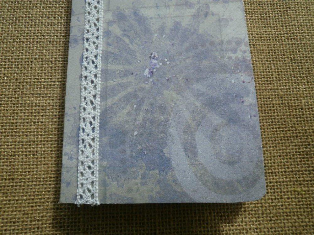 Petit carnet , décoré de papier coloris gris à motifs bleu violine , taille 10,5 x 14,5 cm