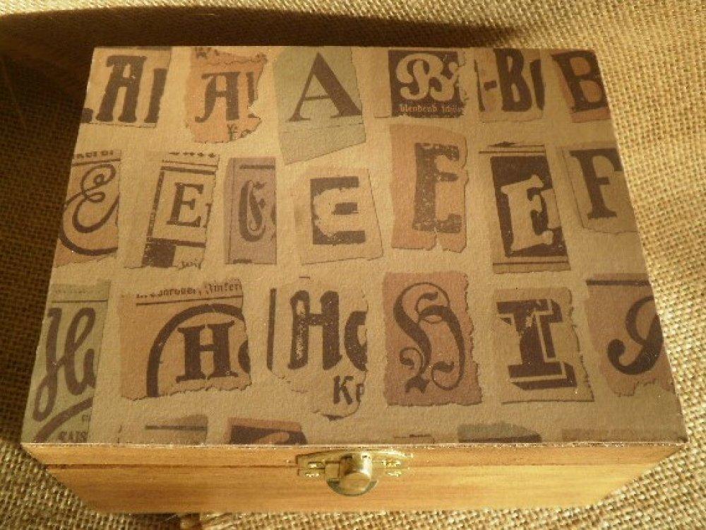 """Coffret à bijoux en bois teinté chêne foncé   , décoré de papier style """"vintage"""" ,  dimensions  L 15 x H 8 x l 12 cm"""