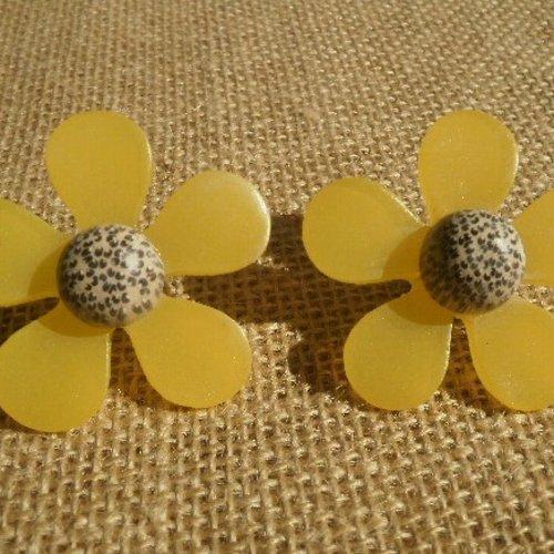 """Lot de 2 fleurs  broches """"pin's"""" en plastique , coloris jaune coeur blanc et noir , taille  4,5 cm"""