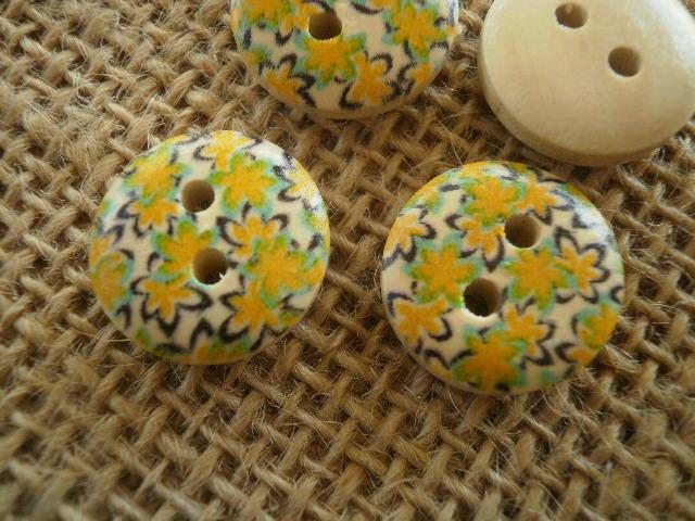 Boutons ronds à deux trous  en bois peint , coloris écru à fleurs jaunes  ,  diamètre 16 mm