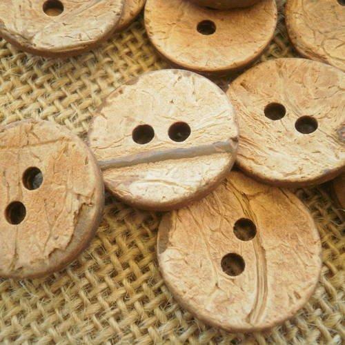 Boutons  ronds à deux trous  en coco , ton beige orangé , diamètre 23 mm