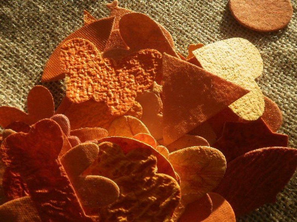 Lot (4) de 50 découpes de papiers décoratifs  , coloris orange  ,  tailles et formes diverses
