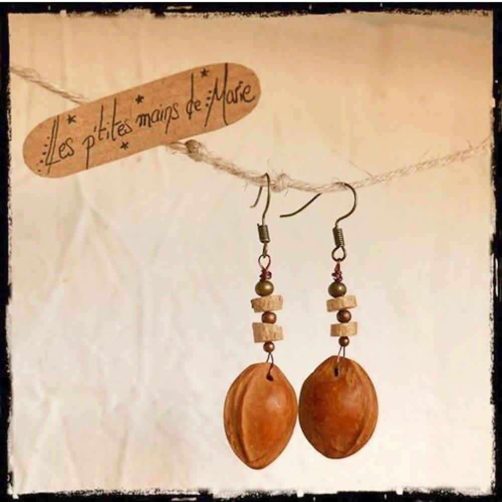 Boucles d'oreilles noyaux d'abricots, perles en buis et métal