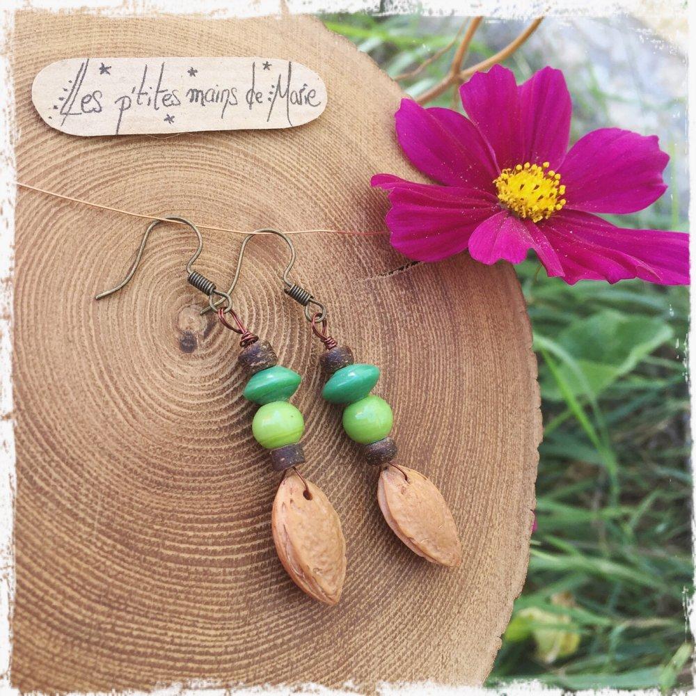 Boucles d'oreilles noyaux de prunes et perles vertes,perles coco.