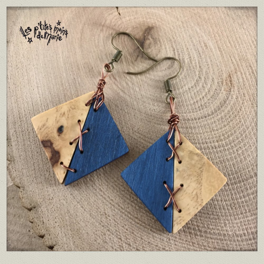 Boucles d'oreilles en bois (teinté bleu et loupe d'érable)