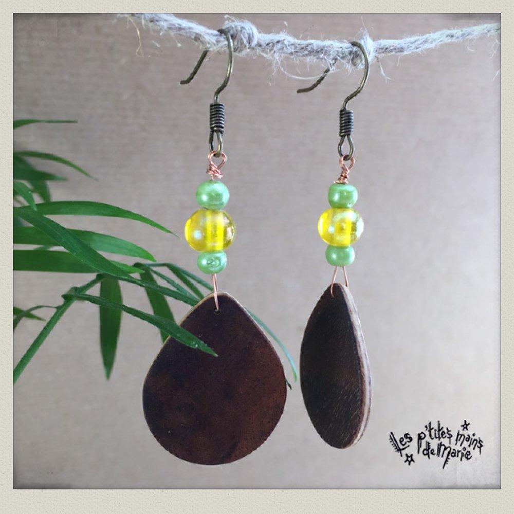 Boucles d'oreilles en bois (noyer) et perles de verrre vertes