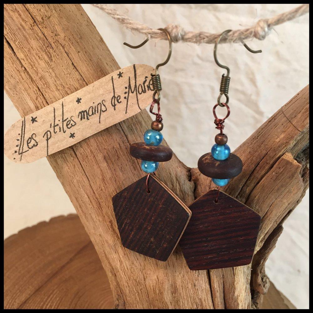 Boucles d'oreilles pentagone en bois (palissandre), perles en verre bleues et coco.