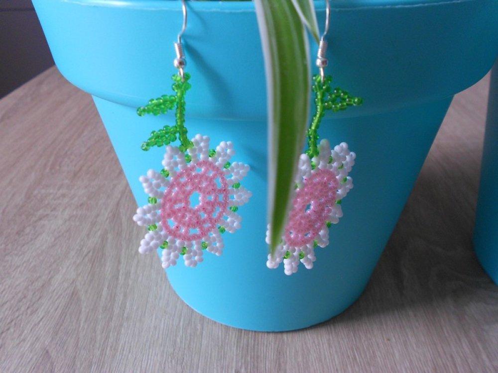 """Boucles d'oreilles """" fleurs """" en perles de rocailles."""