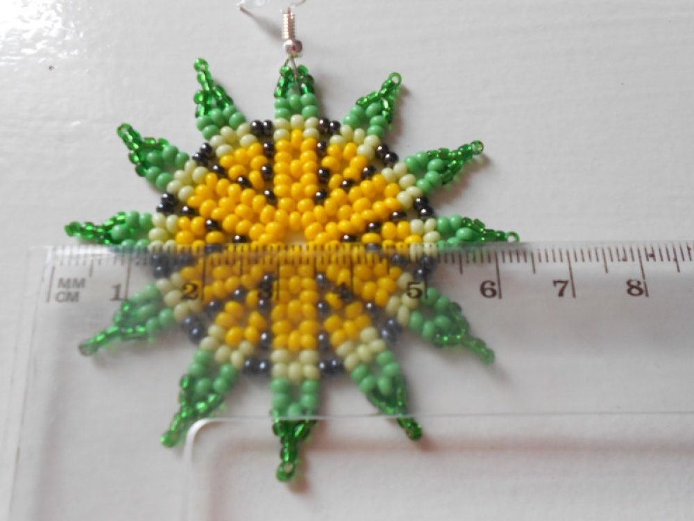 """Boucles d'oreilles """" fleurs verte et jaune """" en perles de rocailles."""
