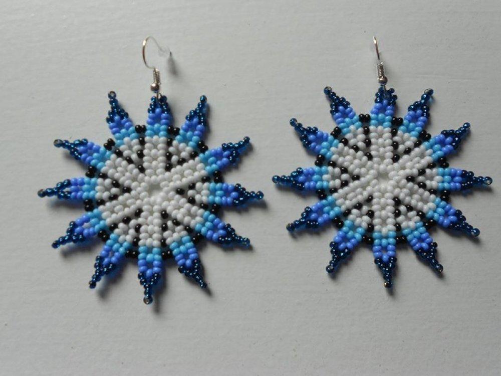 """Boucles d'oreilles """" fleurs blanche et bleu """" en perles de rocailles."""