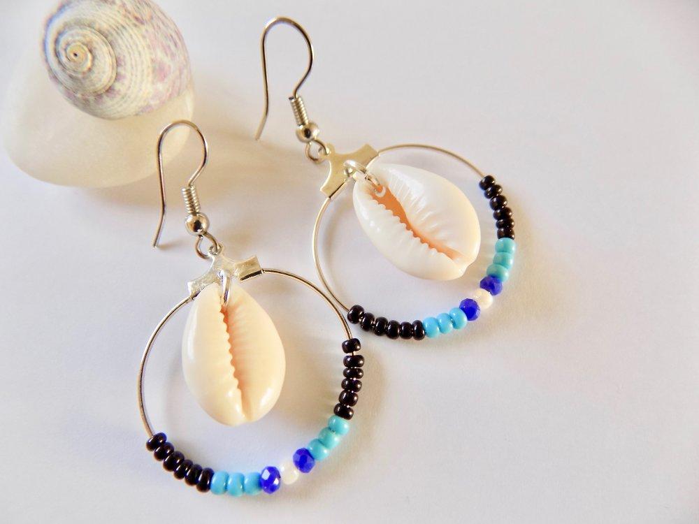 créoles coquillages et petites perles aux tons noir, turquoise, blanc nacré et bleu klein