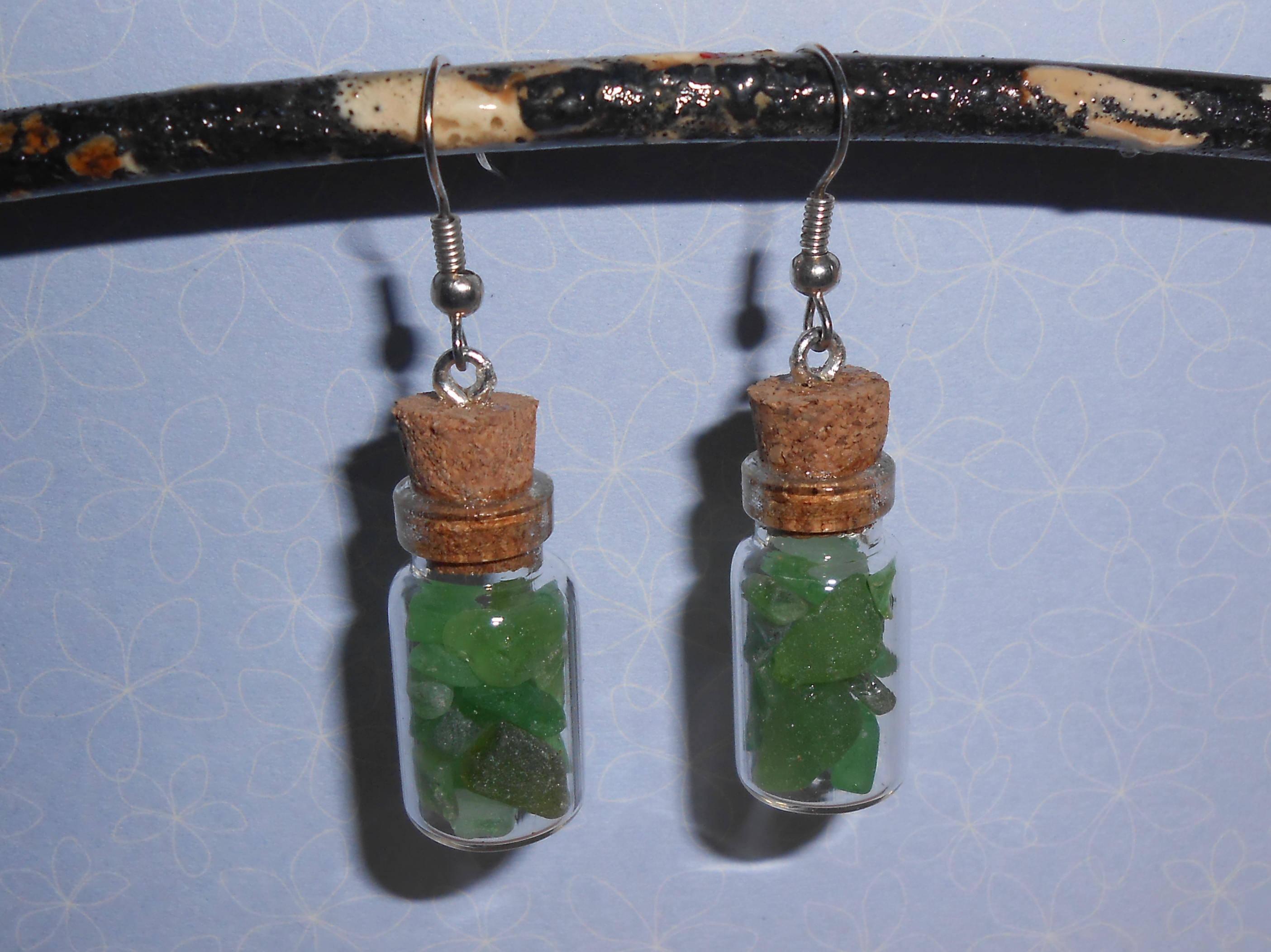 Boucles d'oreilles fiole remplie de morceaux de verre poli par la mer