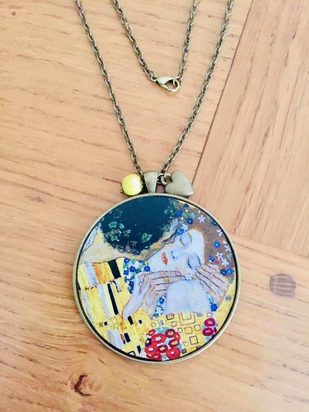 Superbe collier court grand médaillon Le Baiser Klimt