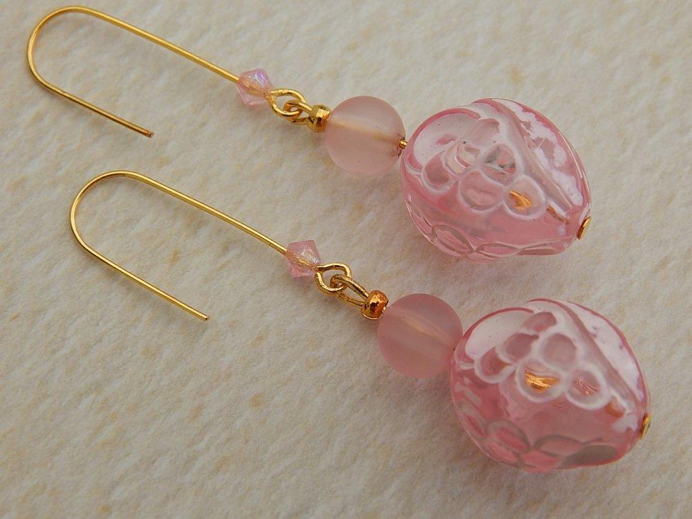 Boucles d' oreille roses, perles en verre.