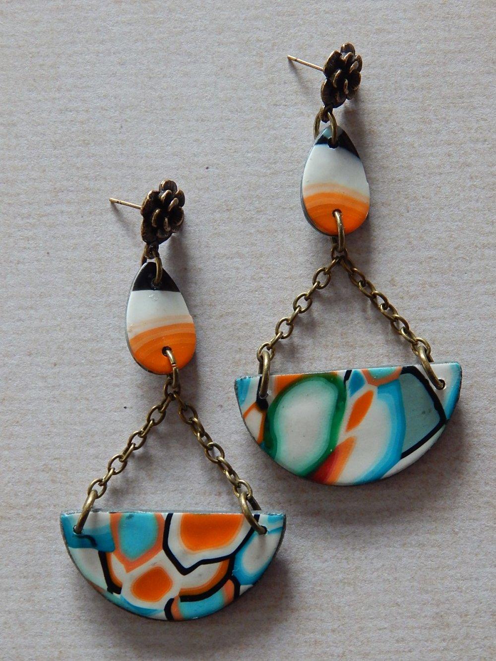 Boucles d' oreille pendantes multicolores.