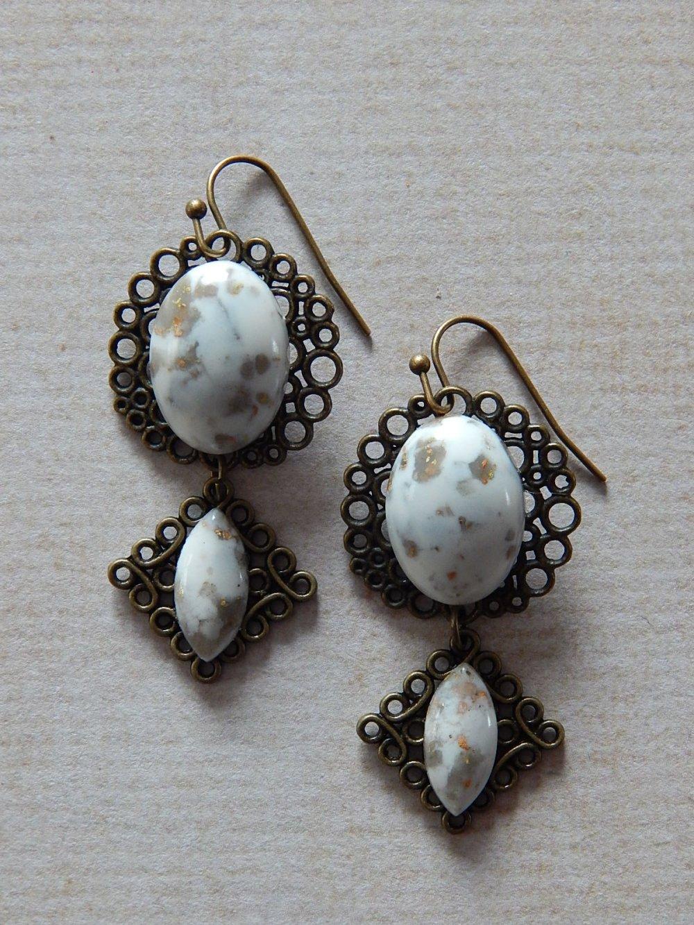 Boucles d' oreille pendantes beiges et bronze