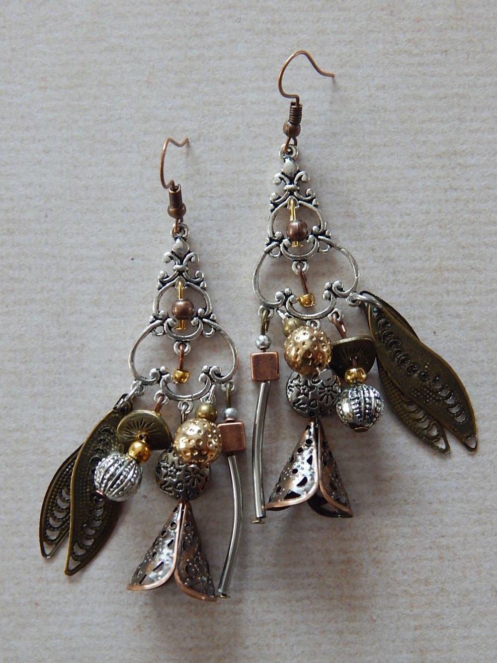 Boucles d' oreille pendantes en mélange de métal.