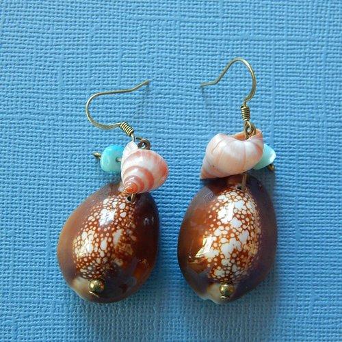 Boucles d' oreille coquillages et perles bleues.