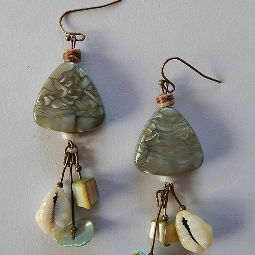 Boucles d' oreille vertes en coquillages et perles.