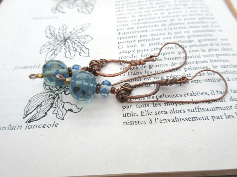 VENDU ......L'Heure Bleue ... : des boucles d'oreille romantiques de caractère...