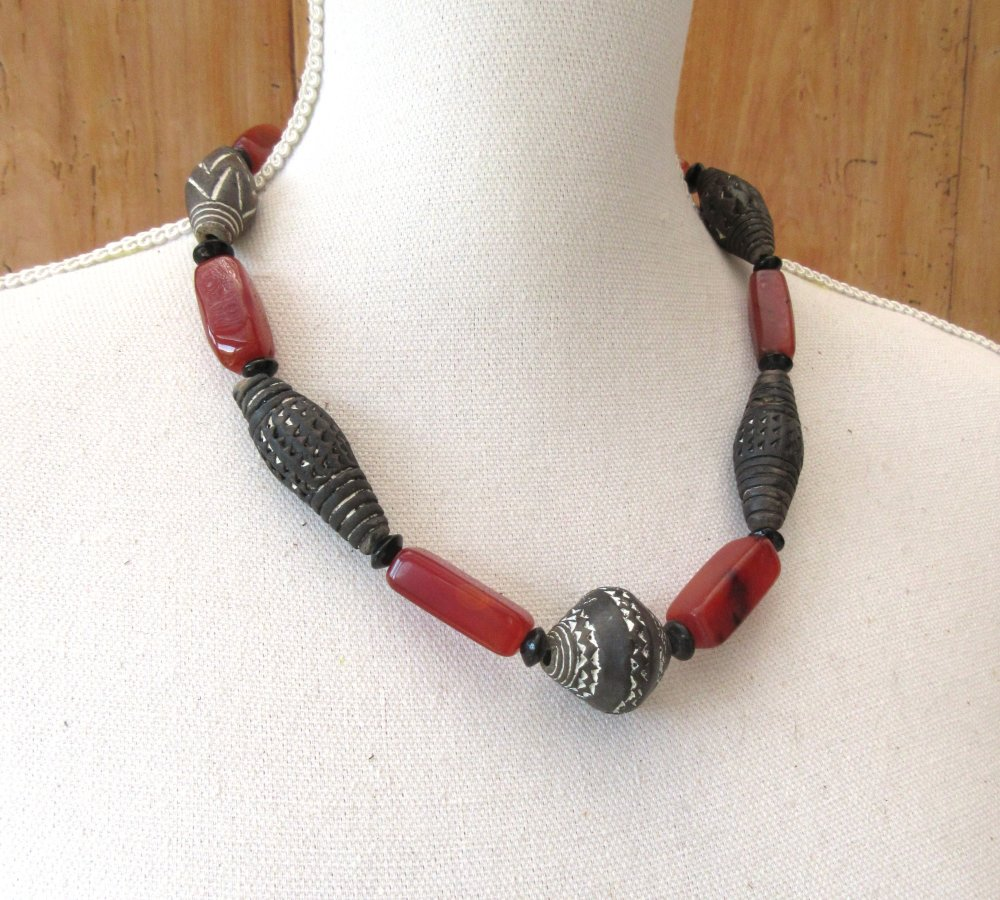 Coeur En Voyage : Un collier unisexe de style africain avec perles en ancienne cornaline et céramique!!!!!