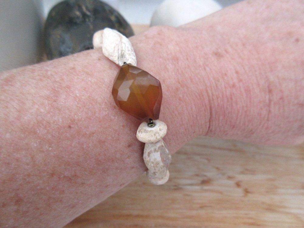 L'aube Sans Age : pour ce bracelet tribal avec calcédoine jaune