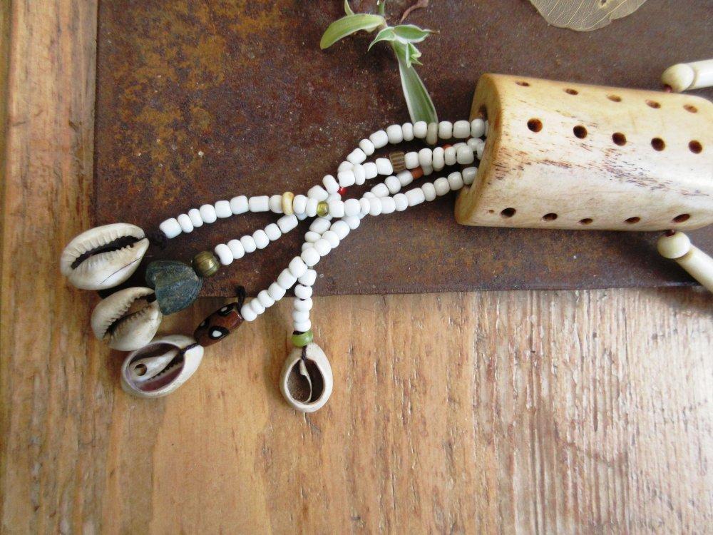 Des Témoins d'Aventures: Un collier de style africain tribal avec grosse perle en os