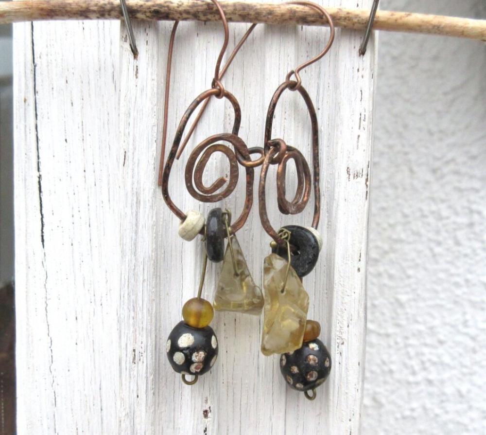 VENDU ...Danses Sauvages : Des boucles d'oreille premières et tribales , chics avec ces perles brutes en citrine....