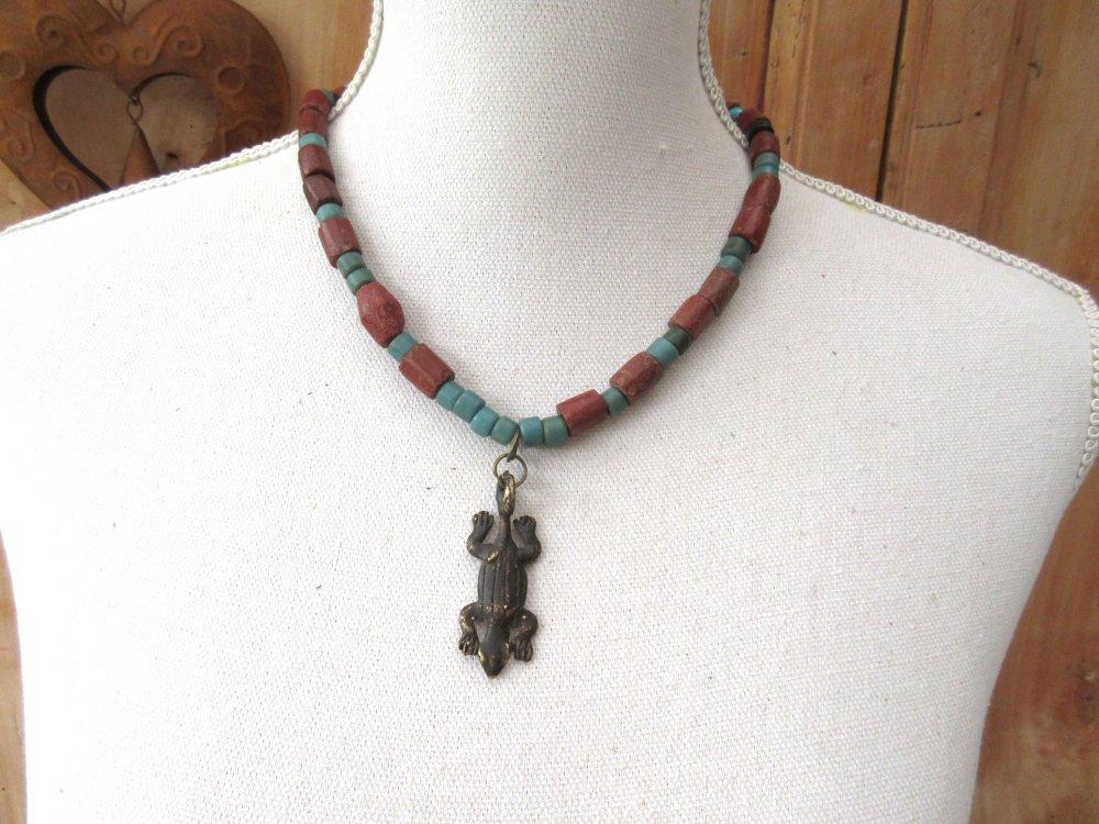 Echos Ethniques: Un collier tribal boho chic , nature et zen avec perles en ancienne bauxite et pendentif amulette Gan bronze