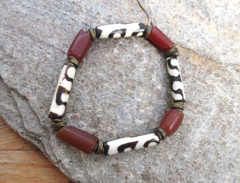 Faire Rire ton Coeur ... : Un bracelet de type africain avec perles batik et anciennes perles en cornaline !!!!!!