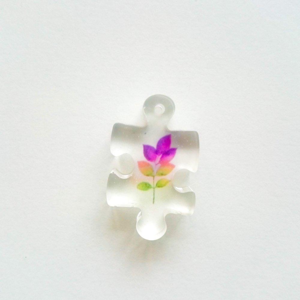 Pendentif puzzle avec incrustation de feuilles multicolores