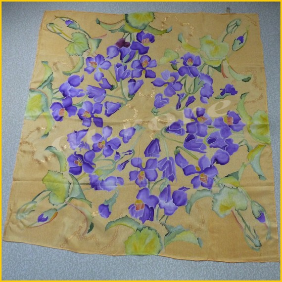 Carré de soie avec des fleurs
