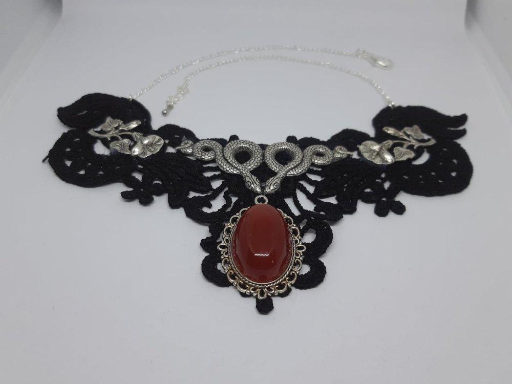 Collier plastron dentelle, agate teintée rouge et serpent