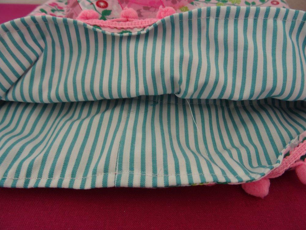 Pochon pour bébé , ou fillette , en liberty rose , fines rayures vertes , cadeau de naissance ;