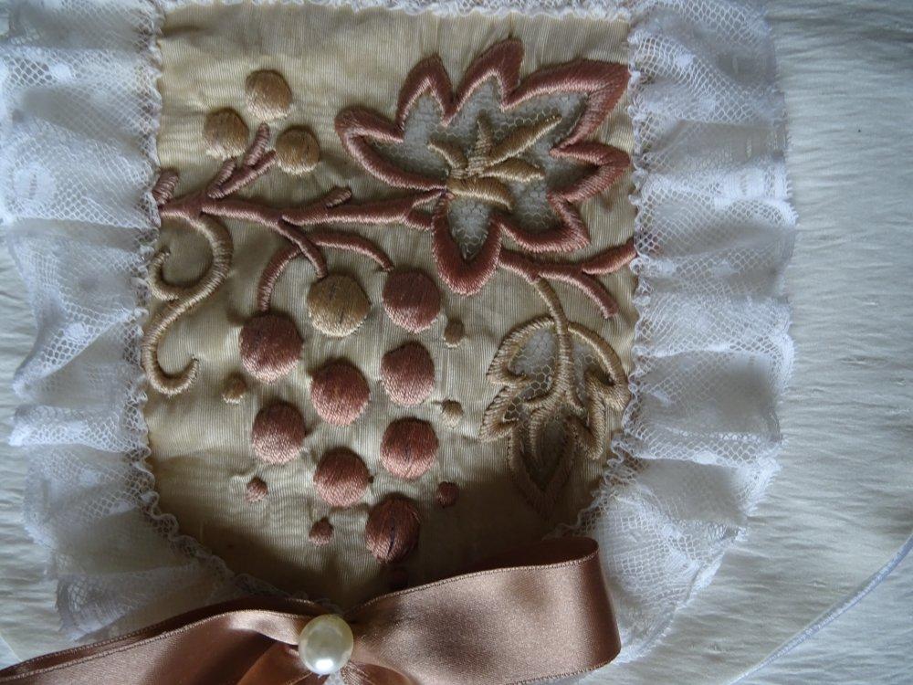 Pochette à lingerie en soie ivoire , avec appliqué de broderie ancienne , dentelles , noeud , doublé , shabby chic ;