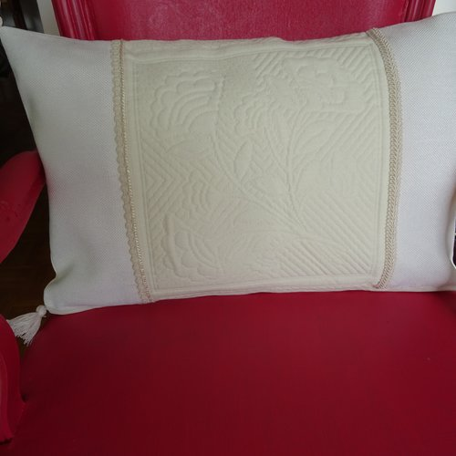 Housse de coussin rectangulaire , boutis blanc d'éditeur , toile blanche , galon , pompon , raffiné , élégant , année 1970 ;