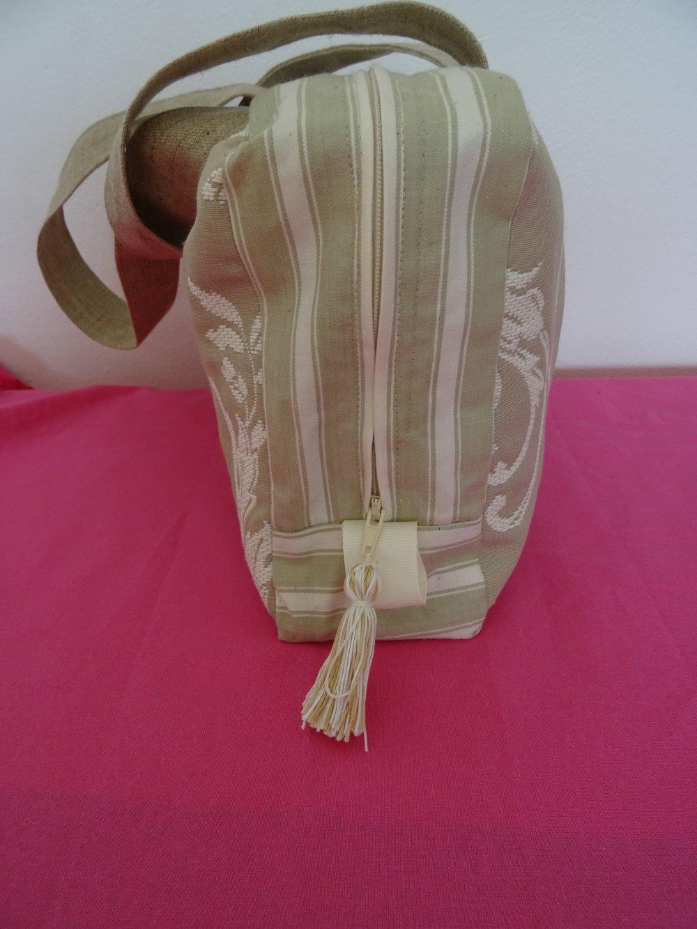 Trousse de toilette en boutis kraft , arabesques blanc cassé , anses , intérieur doublé toile enduite , chic , élégant , B C B G