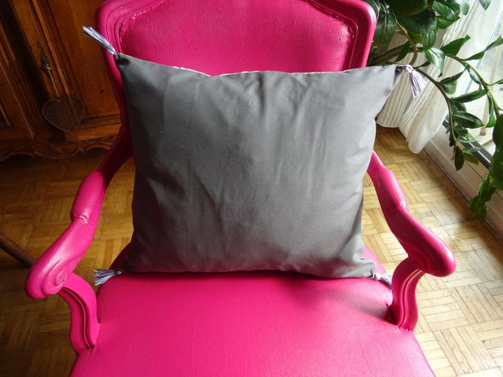 housse de coussin carrée , en coutil  gris , linge ancien , dentelles , vintage ;