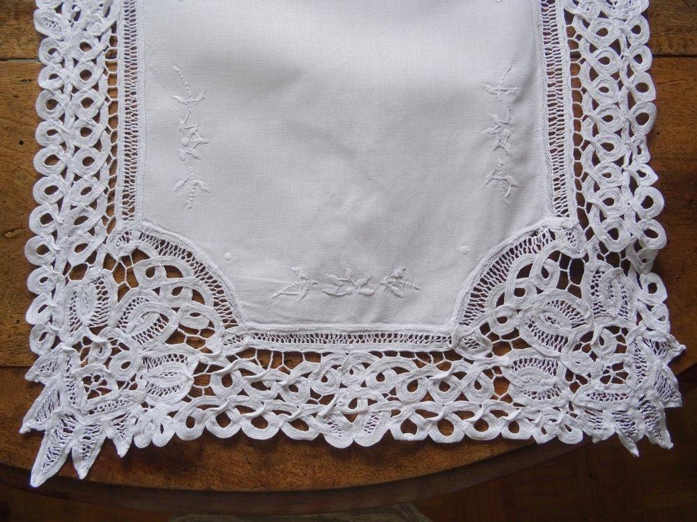 Jeté de table blanc brodé , rectangulaire , année 10 , vintage ;