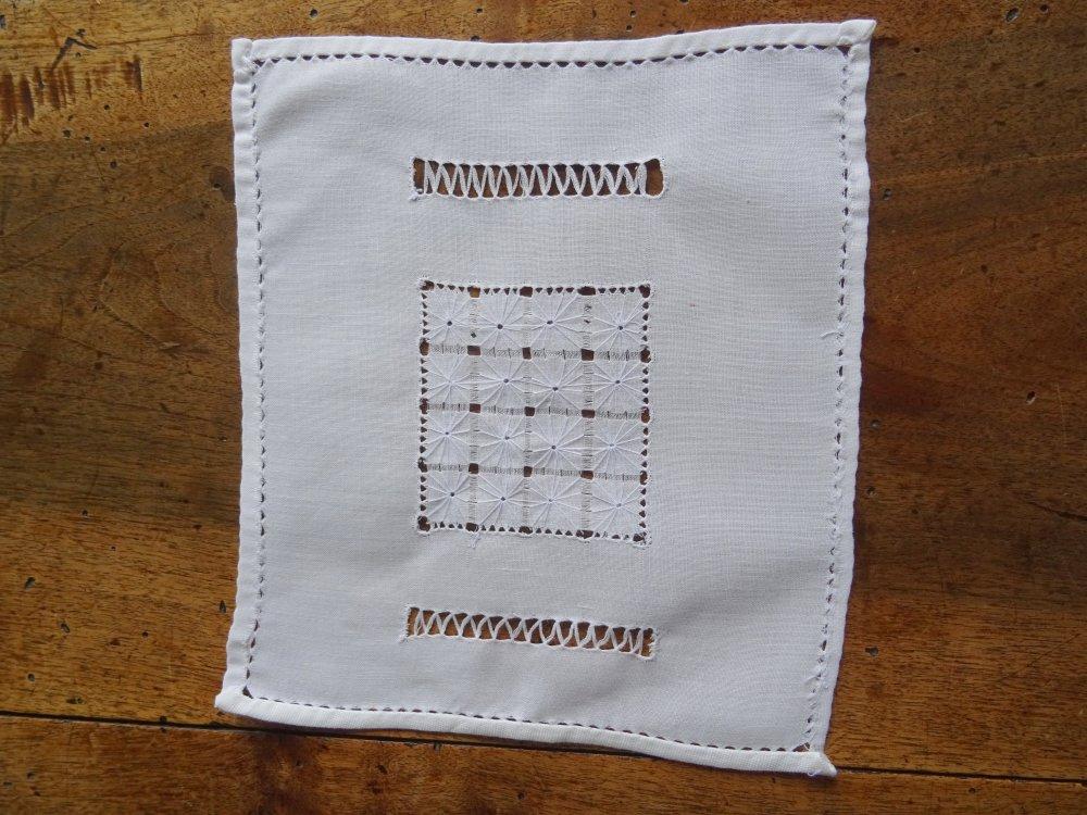 Lot de 3 jolis napperons blancs , un rectangle , un carré , un rond , en bon état,  brodé main , ancien , vintage ;