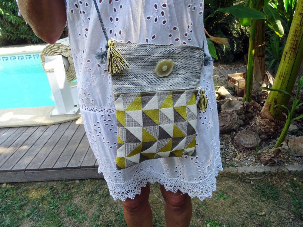 Pochette  sac en bandoulière en tissu beige , gris  et jaune , fermé par une zip , poche sur le devant ;