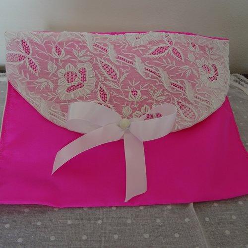 Pochette lingerie , en soie rose fuchsia , broderie ancienne sur organdi , raffiné , délicat , shabby ;